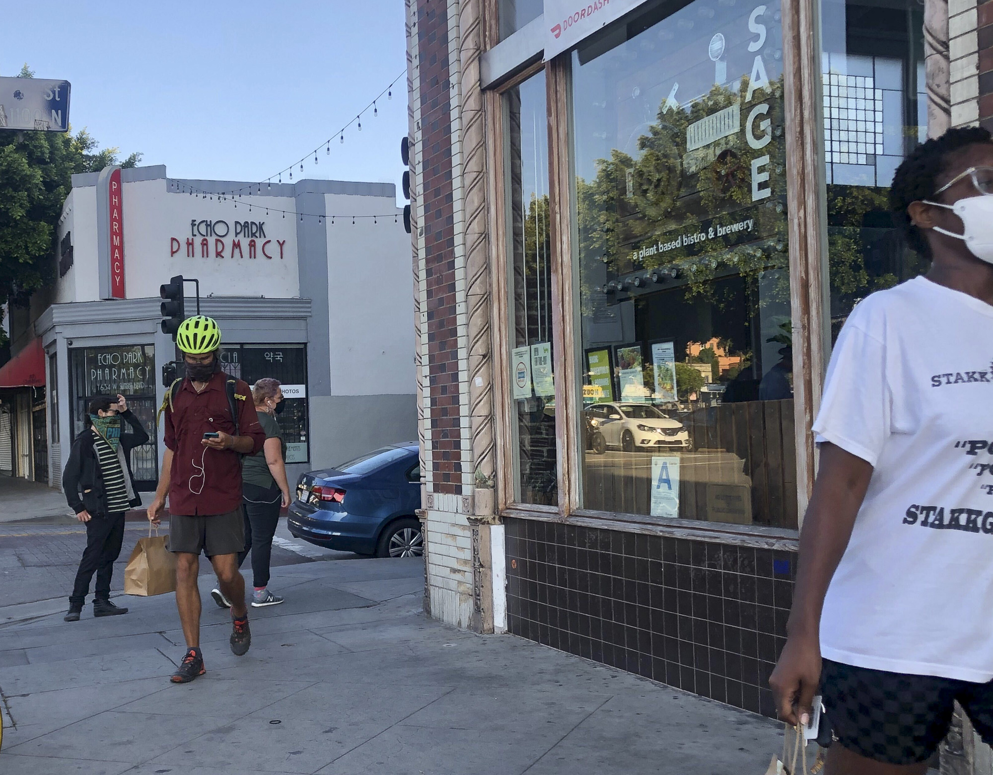 The dinner rush at Sage Bistro is a mix of delivery drivers and walk-in customers. Photo by Nigel Duara for CalMatters
